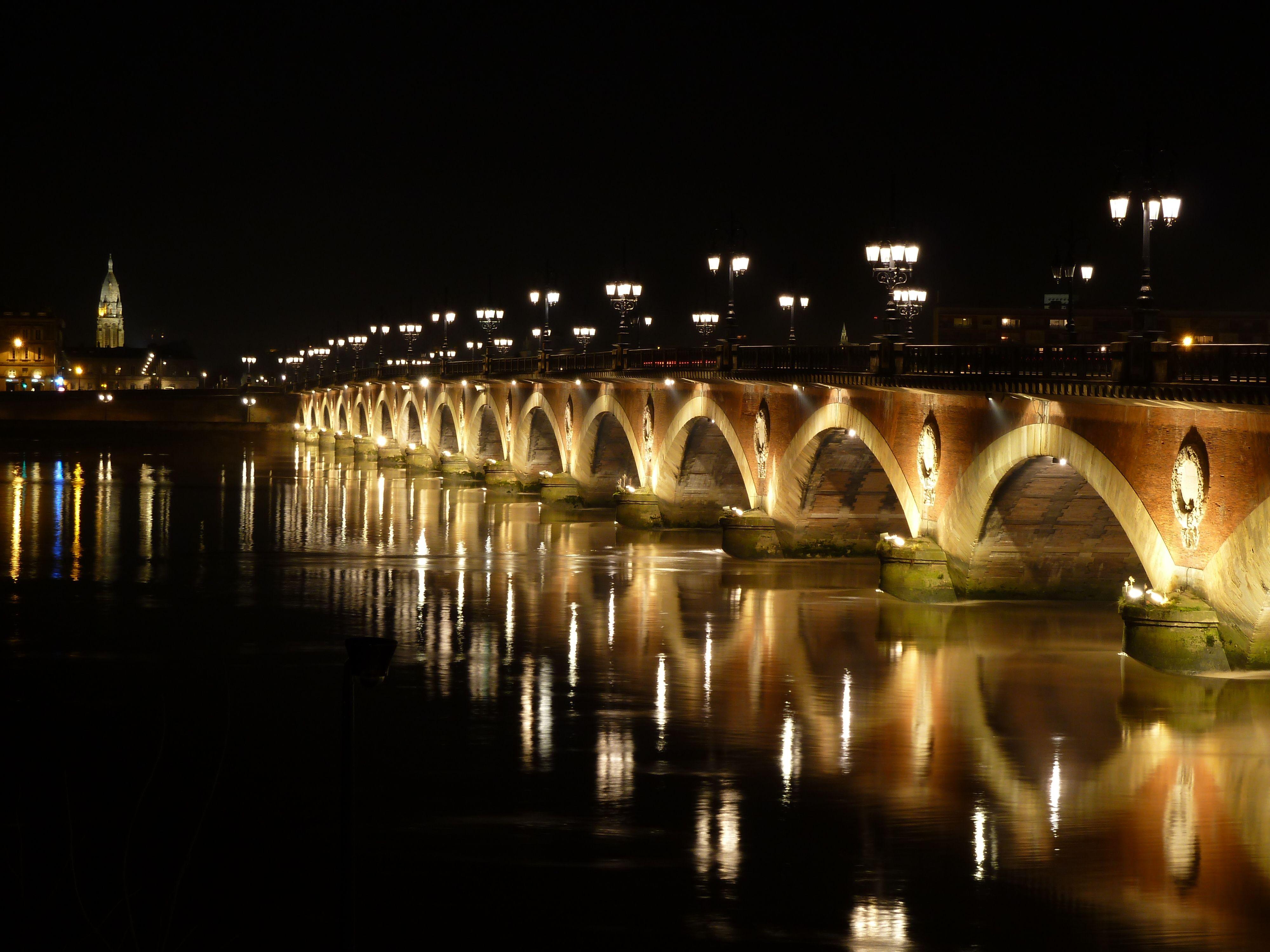 El Puente de Piedra en Burdeos