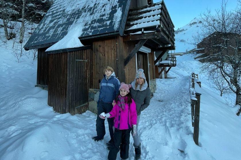 alt vacaciones-de-invierno_familia_nieve_caban-a_intercambio-de-casas, title vacaciones-de-invierno_familia_nieve_caban-a_intercambio-de-casas