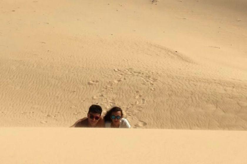 alt vacaciones-de-verano-Fuerteventura_intercambio-de-casas_dunas_pareja, title vacaciones-de-verano-Fuerteventura_intercambio-de-casas_dunas_pareja