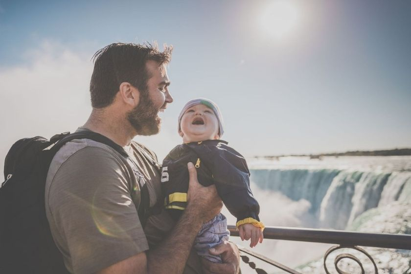 alt viajar-con-ninos-padre-bebe-cascada-HomeExchange, title viajar-con-ninos-padre-bebe-cascada-HomeExchange
