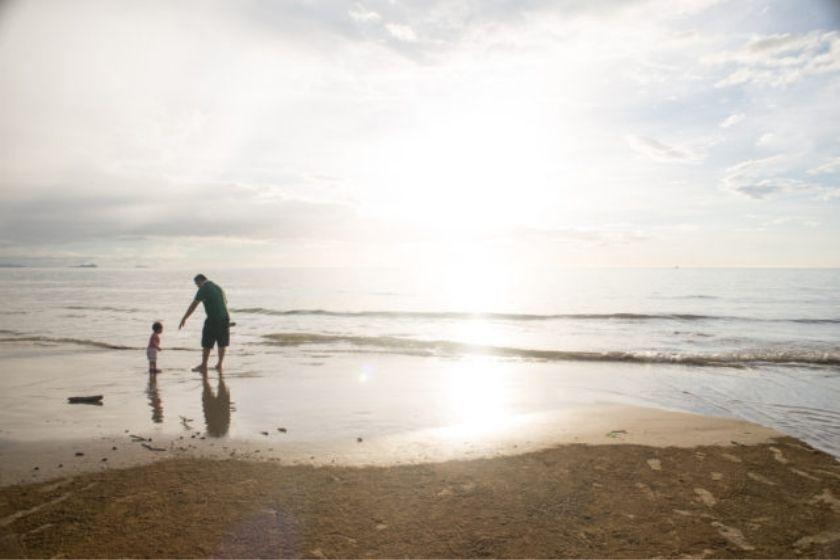 alt viajar-con-ninos_playa_familia_paisaje_viajar-en-familia, title viajar-con-ninos_playa_familia_paisaje